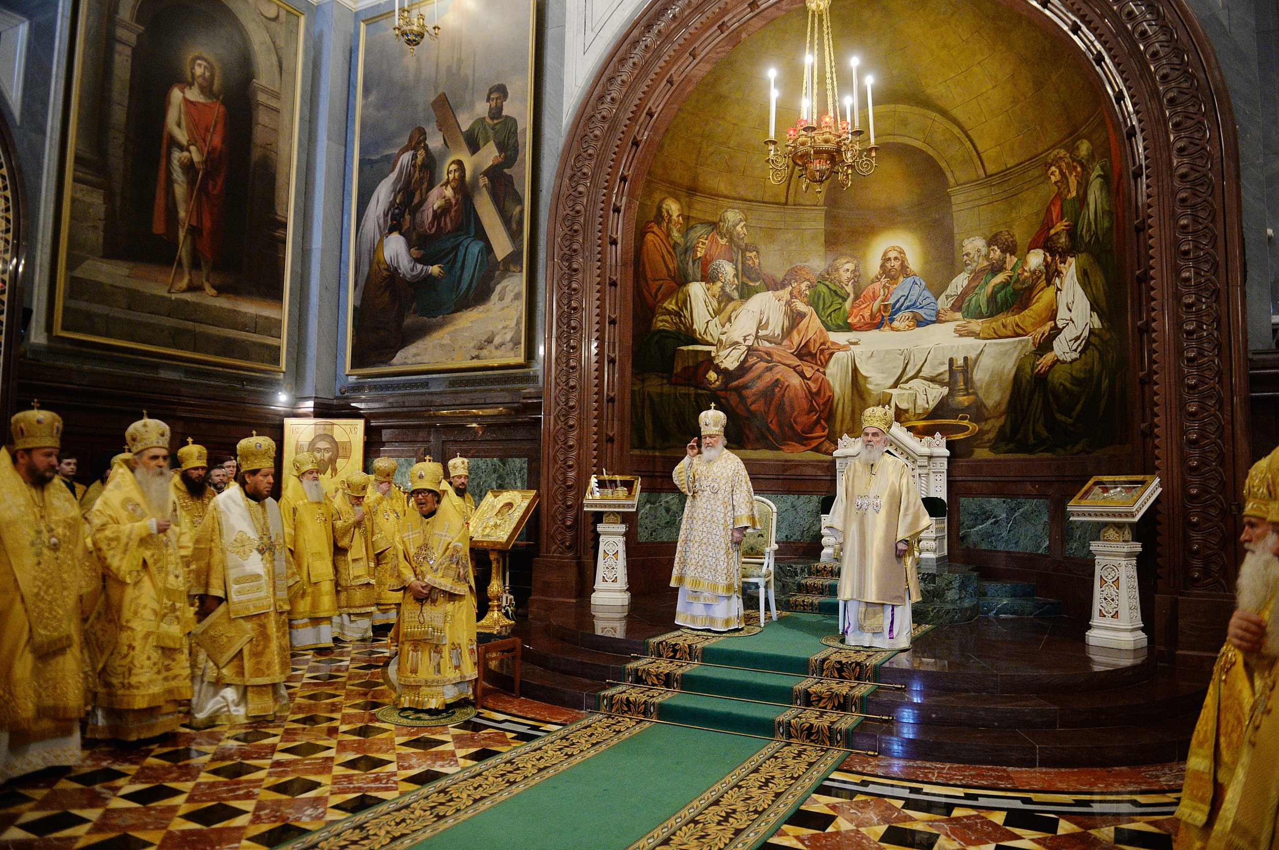 В день памяти святых равноапостольных Мефодия и Кирилла Святейший Патриарх Кирилл и Святейший Патриарх Сербский Ириней совершили Литургию в Храме Христа Спасителя в Москве